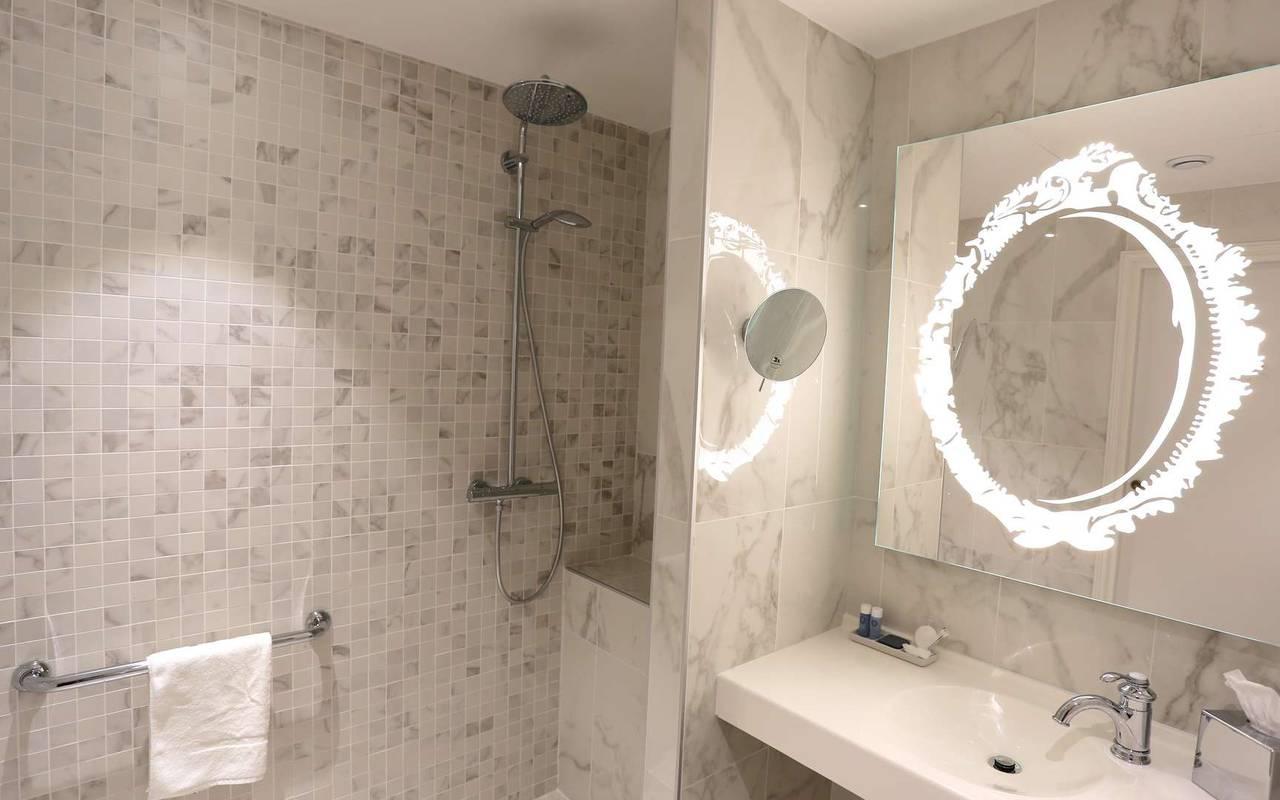 Salle de bain de la chambre classique
