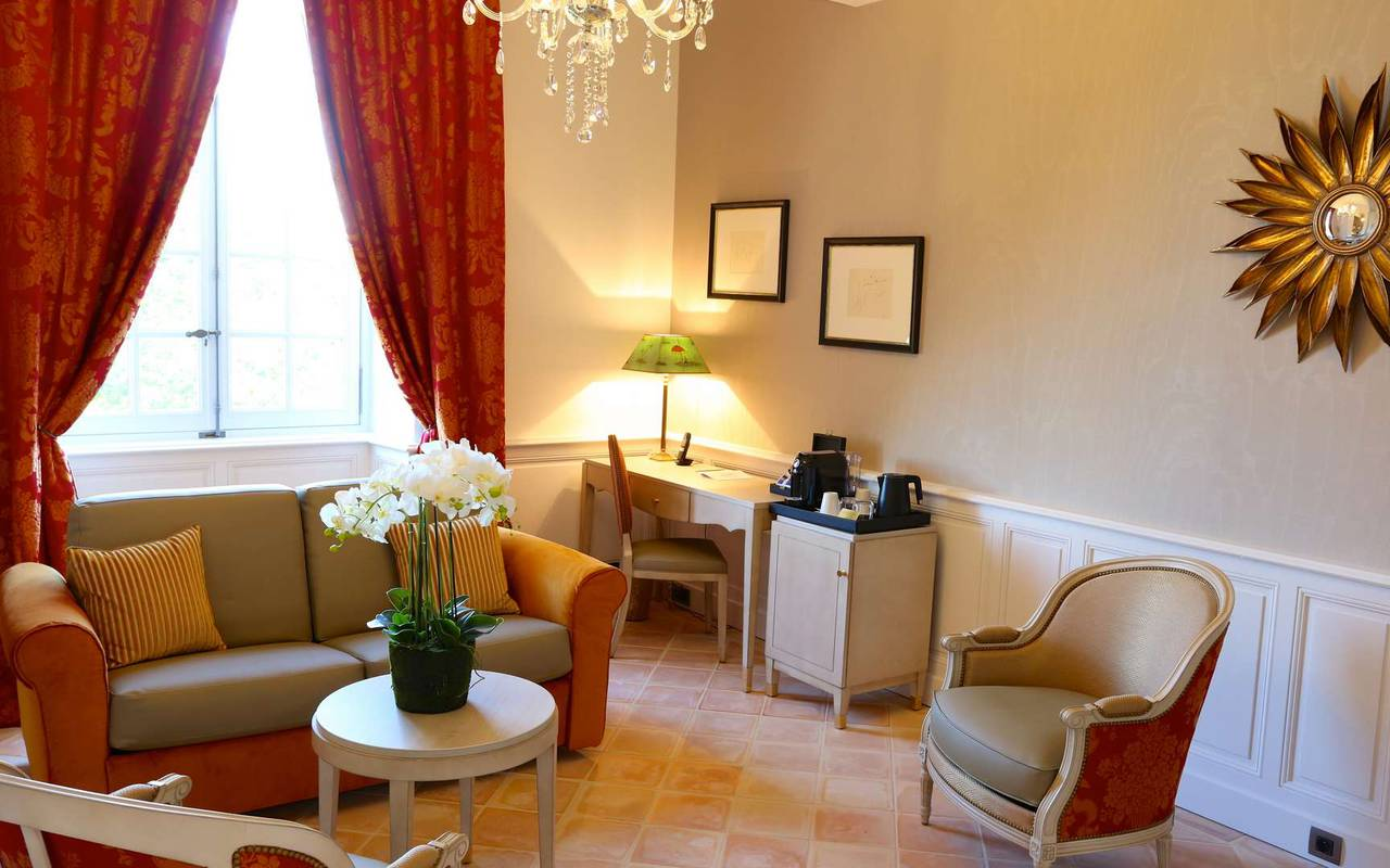 Salon de la suite duplex de l'hôtel de charme à Toulouse