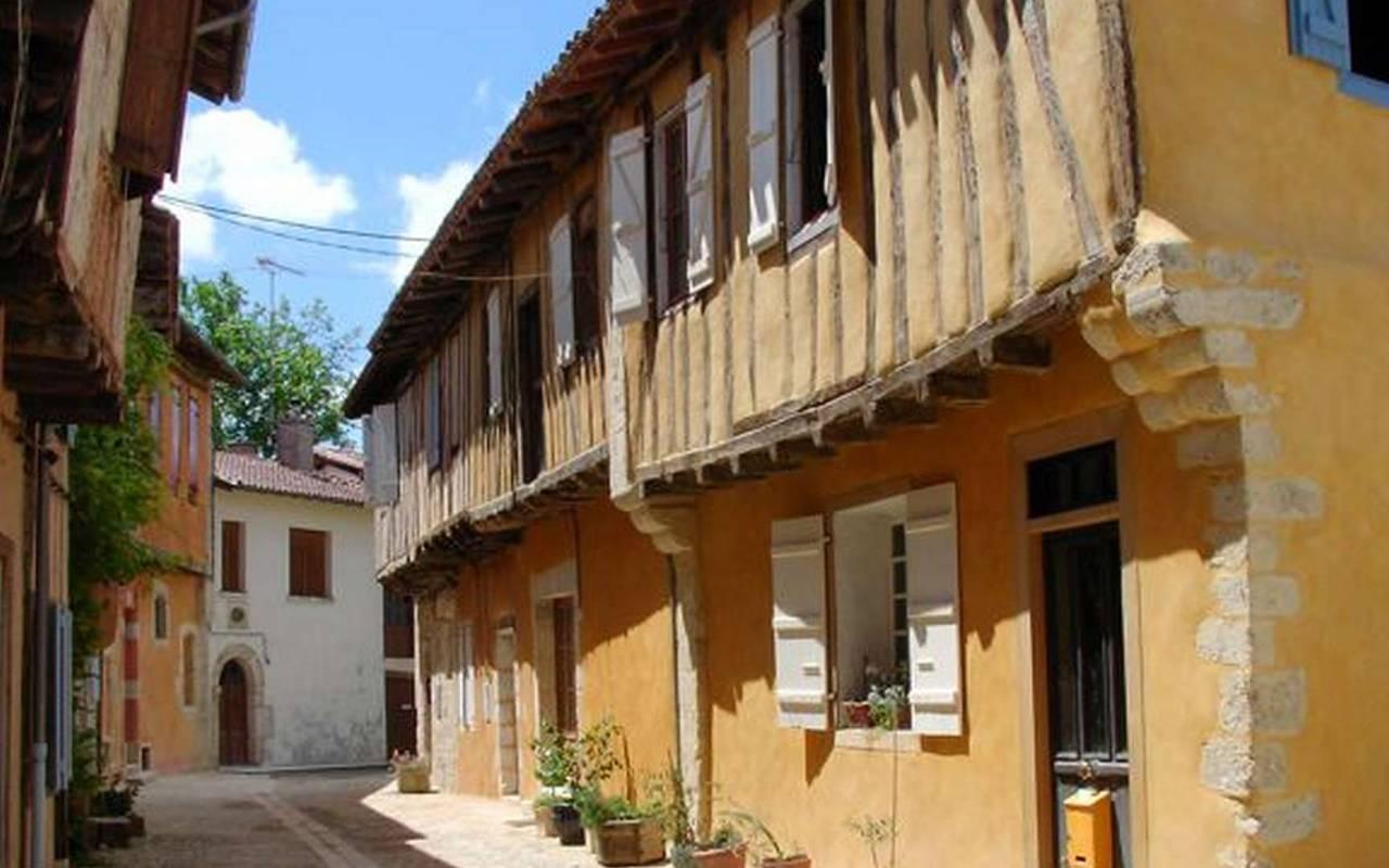 Les ruelles du village de Sarrant